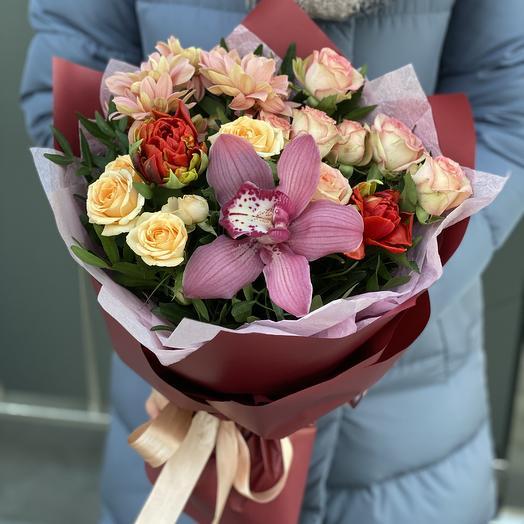 Букет из кустовой розы, хризантемы, тюльпанов и цимбидиума Великолепие огня
