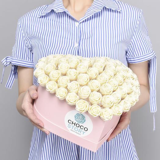 Шляпная коробка-сердце из 65 шоколадных роз S65-R-B