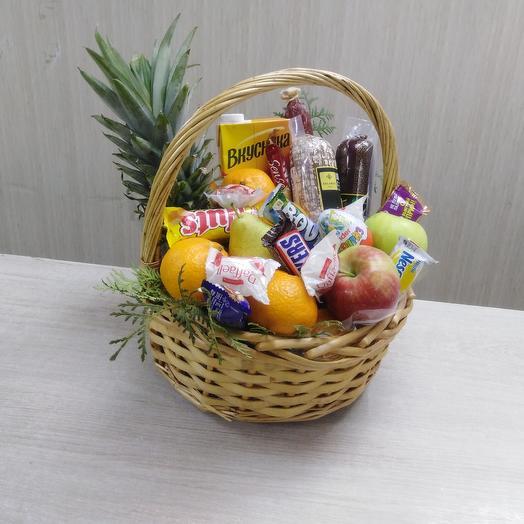 Корзина с фруктами, конфетами и деликатесы мясные