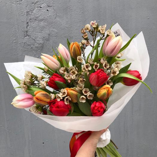 Микс тюльпанов с веточками хамелациума