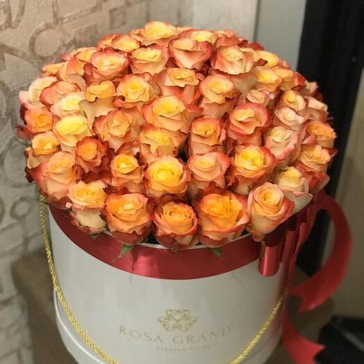 До 75 роз в шляпной коробке Deluxe