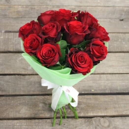 11 Крупных красных роз в оформлении
