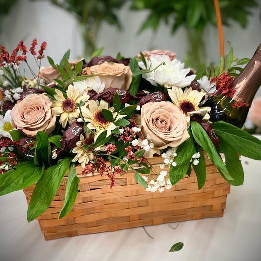 Корзина с цветами, канфетами и шампанским