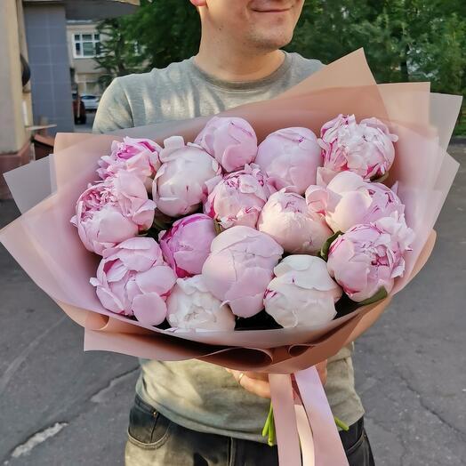 15 розовых отборных пионов