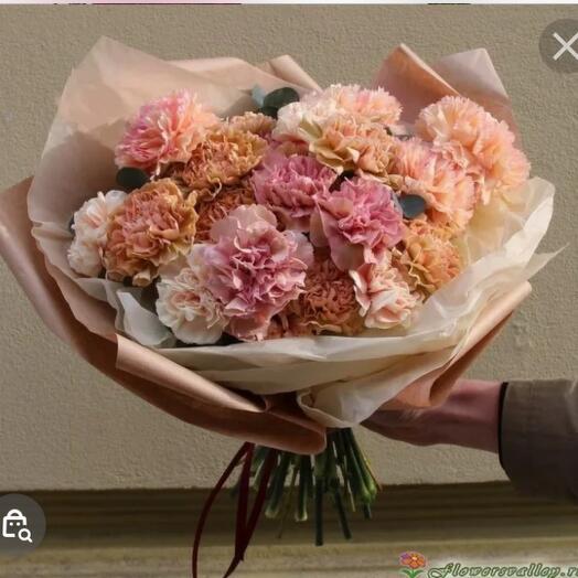 Персиково-розовые гвоздики 17 шт с эвкалиптом