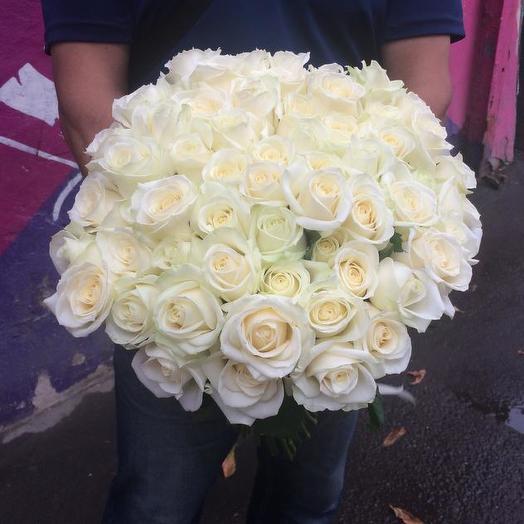 Букет из 61 белой местной розы 70 см: букеты цветов на заказ Flowwow