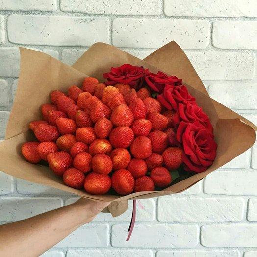 БУКЕТ ИЗ КЛУБНИКИ 51 ШТ И КРАСНЫХ РОЗ: букеты цветов на заказ Flowwow
