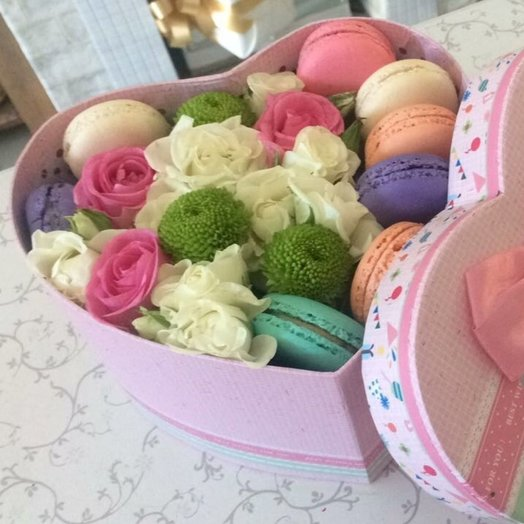 Сердце с макаронс: букеты цветов на заказ Flowwow