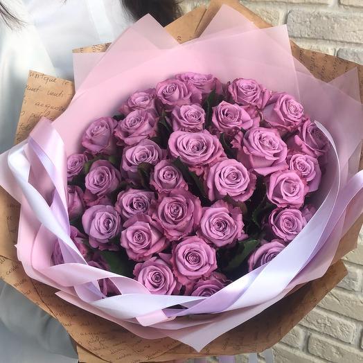 Фиолетовые розы в дизайнерской упаковке: букеты цветов на заказ Flowwow