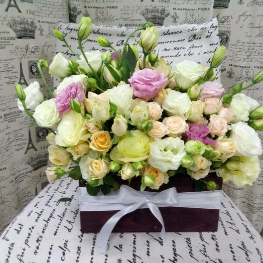 Декоративный ящик из лизиантусов и  кустовых роз