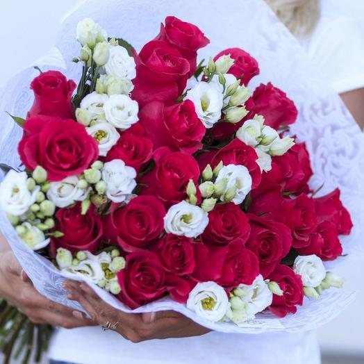Яркий красивый букет  из роз и эустомы