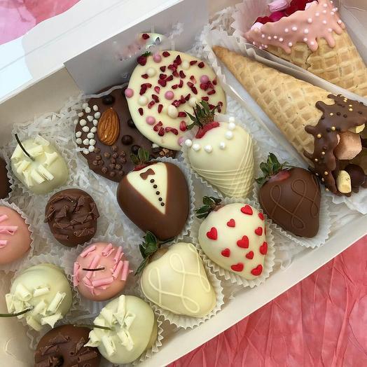 Коробка со сладостями в шоколаде и клубникой