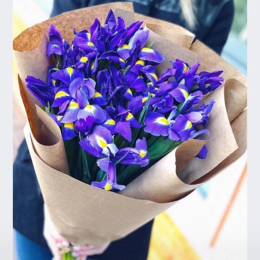 Ирисы в крафте: букеты цветов на заказ Flowwow
