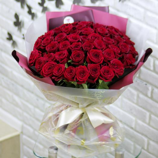 51 красная роза в дизайнерской упаковке