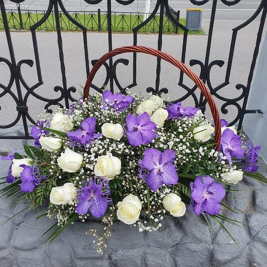 Шикарная корзина с орхидеей Ванда и белой розой