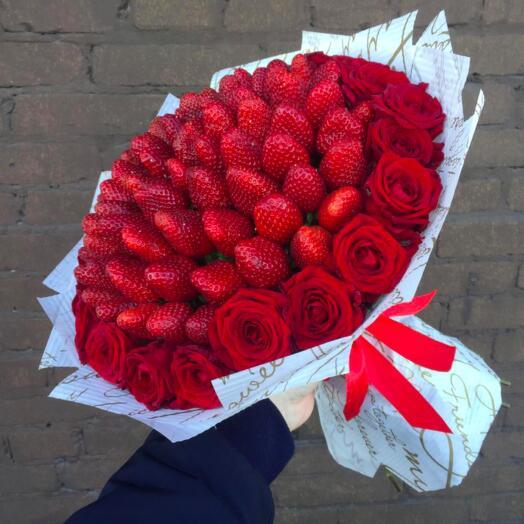 Клубника в розах