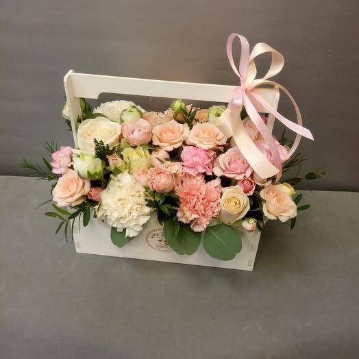 Ящик с розами и гвоздикой