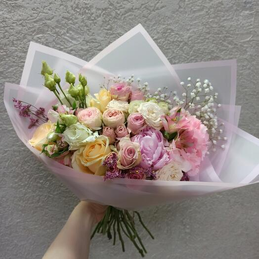 Нежный букет с пионом, гортензией и ассорти роз