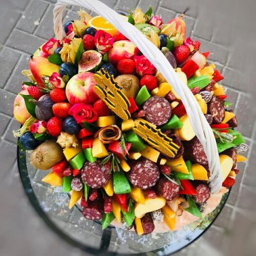 Корзина для двоих (колбасно-сырное и цветочно-фруктовое наполнение)