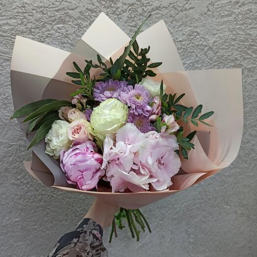 Стильный букет с пионом, пионовидными розами и цветами