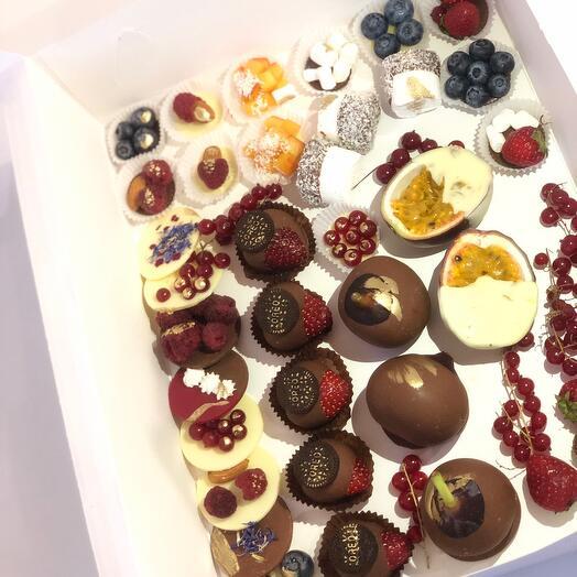 Коробочка с фруктами и ягодами в шоколаде