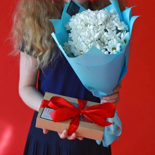 Набор 5 кустовых хризантем и коробочка клубники в шоколаде