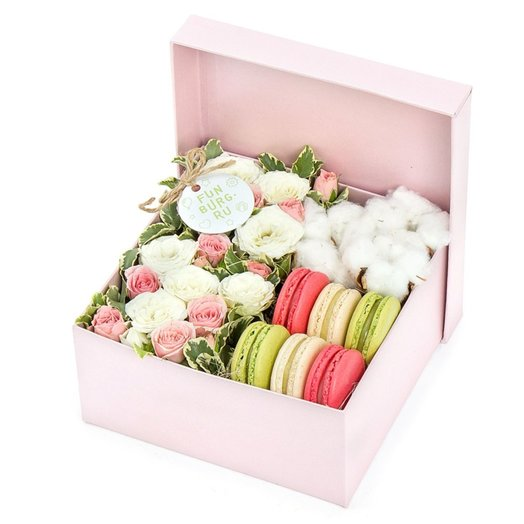 Композиция в коробке «Цветы и макаруны» 1: букеты цветов на заказ Flowwow