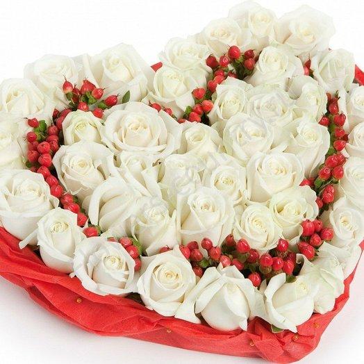 Нежная роза, с ягодным сердцем: букеты цветов на заказ Flowwow