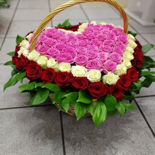 Букет из 101 розы в корзинге в виде сердце