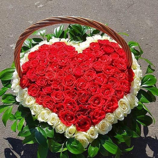 Розы в корзине сердечком