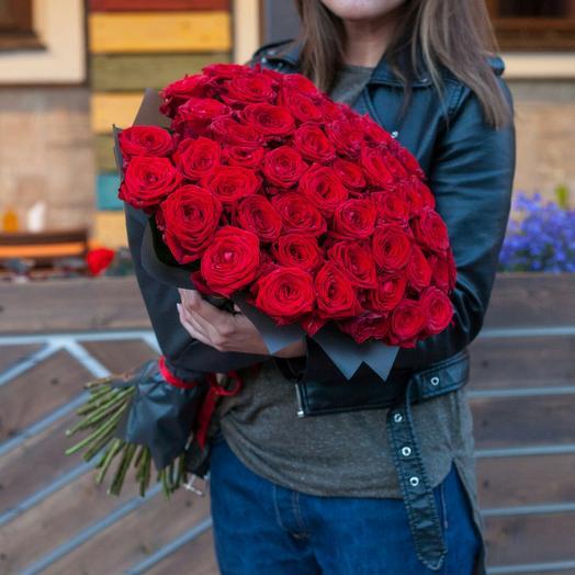 51 роза красная 60 см в пленке