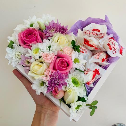 Цветы и Рафаэлло в деревянном сердечке