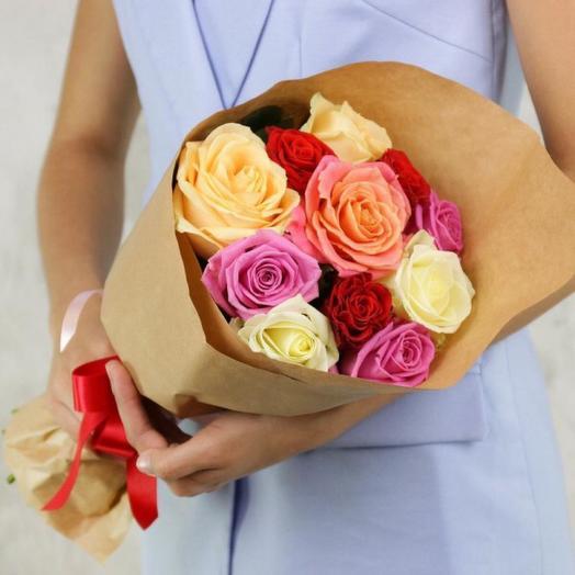 11 ярких роз в крафте