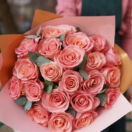 Букет из 21 розовой розы с эвкалиптом
