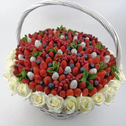 Корзина с белыми розами и ягодами клубники