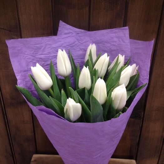 Тюльпаны белые в бумаге Эколюкс