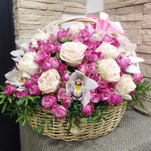 Корзина с розами и орфидеей