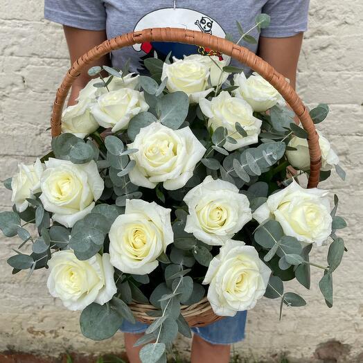 Корзина с белыми Розами