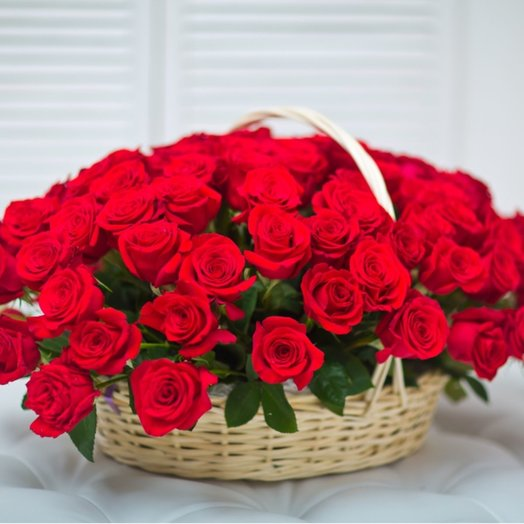 99 красных роз в корзине: букеты цветов на заказ Flowwow