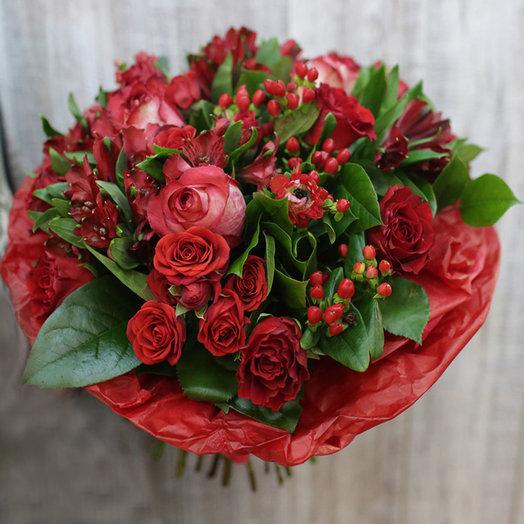 Классический красный букет с розами: букеты цветов на заказ Flowwow