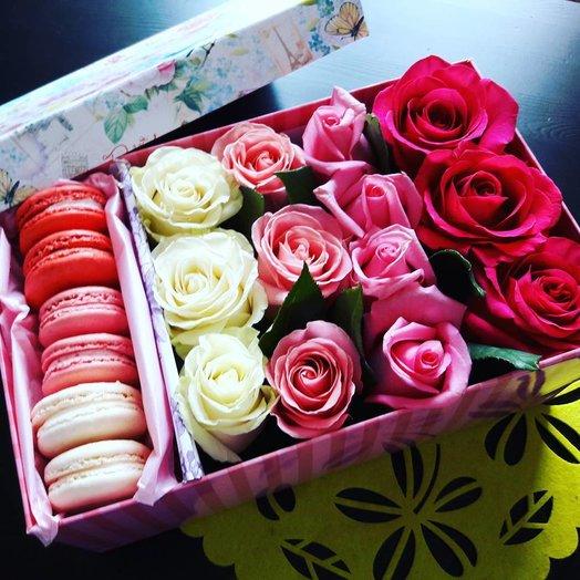 Цветы в коробке с розами и макарунами: букеты цветов на заказ Flowwow