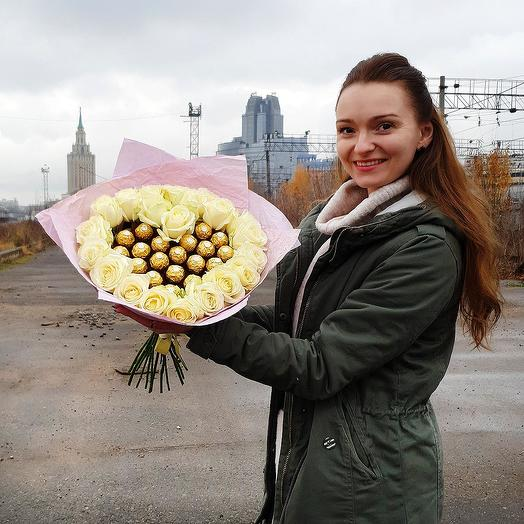 Сладкое сердце из белых роз с конфетами Ферерро Роше