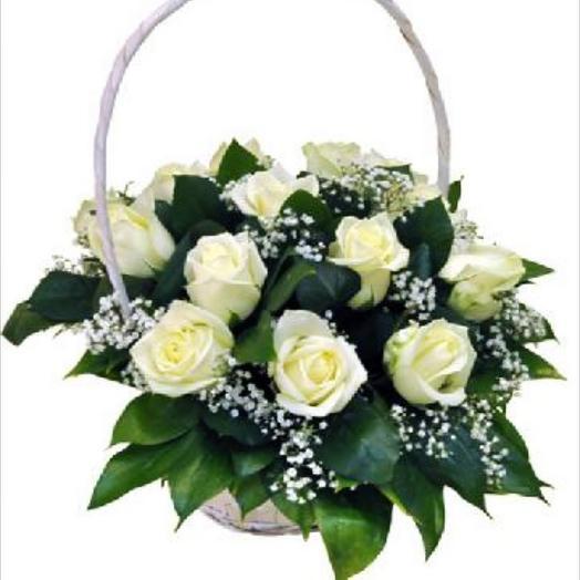Корзина с белыми розами: букеты цветов на заказ Flowwow