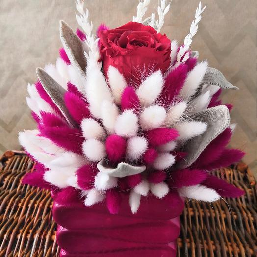 Интерьерная композиция из лагуруса со стабилизированной розой: букеты цветов на заказ Flowwow