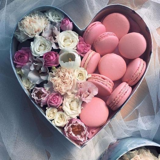 Коробка с цветами и сладостями макаронс: букеты цветов на заказ Flowwow