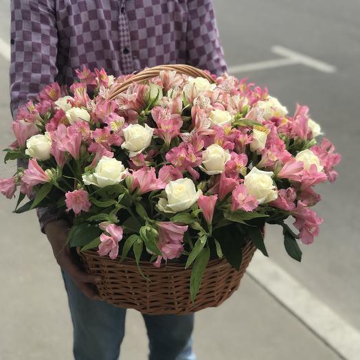 Корзина из роз и альстромерий: букеты цветов на заказ Flowwow