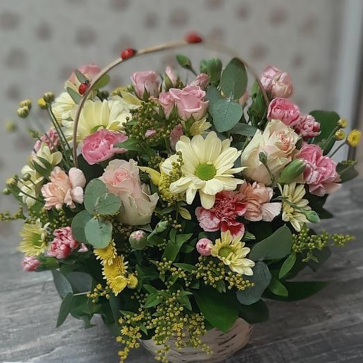 Сборная корзина из роз,кустовой хризантемы
