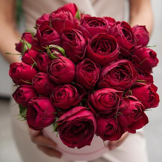 Красные кустовые розы Red Lace (Рэд Лэйс) в шляпной коробке