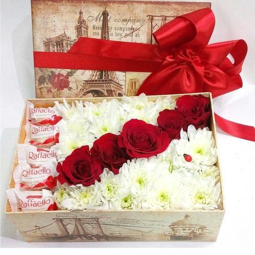 Коробка с розами и раффаэлло