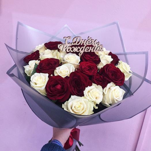 Букет 25 красно-белых роз с топпером